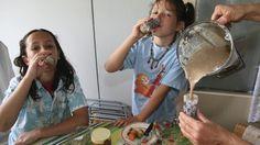 Zwei Kinder trinken Gemüseshakes (26.5.2010). (picture alliance / dpa / Ton Koene)