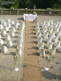 http://www.lemienozze.it/gallerie/foto-fiori-e-allestimenti-matrimonio/img27256.html Sedute bianche e allestimento per la cerimonia all'aperto: guarda la nostra fotogallery!