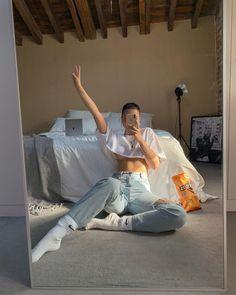 Quarantine look / lockdown outfit / Jeans and white top / crop top / white crop top / Nike Socks / mirror selfie ideas T Shirt Streetwear, Style Streetwear, Streetwear Fashion, Pic Pose, Elegantes Outfit, Selfie Poses, Selfie Ideas, Cute Poses, Instagram Pose