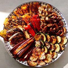 Légumes marinés rôtis au four ou grillés sur le BBQ - Un plateau débordant de couleurs et de saveurs, des légumes goûteux et croquants et à faire au four ou sur le BBQ. Un délice sain et savoureux à faire et à refaire !