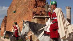 Au XIIe siècle, Yacoub El Mansour, souverain almohade, érigea à Rabat la Mosquée Hassan qui fut inachevée. Sur ce lieu se dresse la majestueuse Tour Hassan et ses colonnes, fondation de cette mosquée. Sur cette même esplanade, dix ans ont été nécessaires à l'architecte pour construire le mausolée Mohammed V, dans la plus pure tradition. Les touristes comme les Marocains apprécient la quiétude du lieu qui abrite les tombeaux du roi Mohammed V, du roi Hassan II et du prince Moulay Abdallah.
