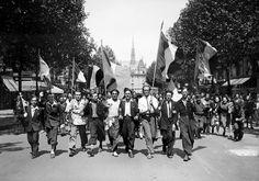 paris 1945 | ... aussi dans les rues de Paris, des drapeaux français à la main