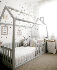 Cama casinha cama casinha montessoriano Cama c Boy Toddler Bedroom, Toddler Rooms, Baby Boy Rooms, Girl Rooms, Little Girl Bedrooms, Cool Kids Bedrooms, Girls Bedroom, Baby Room Design, Baby Room Decor