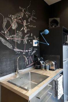 Eine besonders coole Idee sind Tafeln, bzw. Tafelfarbe für Eure Küchenwand, in diesem Fall von Atelier Grey. Die Möglichkeiten diese mit Kreide zu gestalten sind unendlich! #küche #wandgestaltung #homify