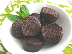 """Cocoa Nibbles (or, La""""Raw"""" Bar) - #suagrfree, #vegan, #glutenfree and they contain only 5 ingredients! #recipe"""