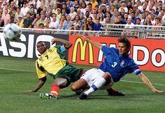 1998  La maglia usata ai mondiali del 1998, quelli giocati in Francia, fu disegnata dalla Nike, che dal 1995 era diventata lo sponsor tecnico della nazionale. La maglia è tutta azzurra con dei bordini bianchi sulle maglie e il solito logo della FIGC.