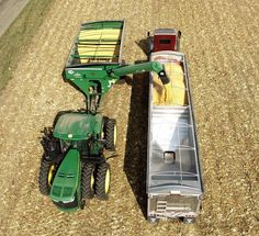 Cool photo farm machinery at work. Crop Farming, Farming Life, Farm Tools And Equipment, Heavy Equipment, Old Tractors, John Deere Tractors, Agricultural Implements, Tractor Pictures, John Deere Equipment