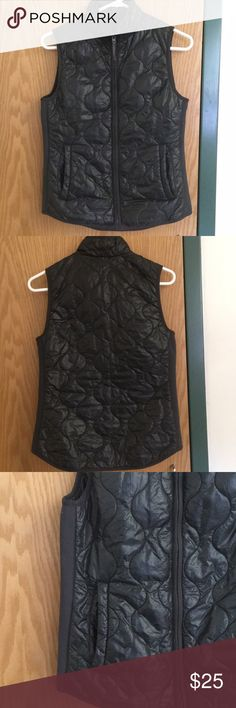 🔥 FINAL SALE 🔥 J Crew quilted vest VGUC. No visible signs of wear but has been used for 2 seasons now. 100% Nylon. Open to offers! J. Crew Jackets & Coats Vests