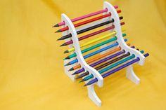 Banco de lápis de cor, da Sonhos Decor (11 3228-2807). R$ 14,50. Preço pesquisado em maio de 2015. Sujeito a alterações