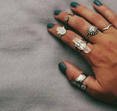 Pretty pretty pretty! Älskar ringen med kristallen på pekfingret