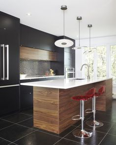 Armoires de cuisine moderne en merisier laqué et noyer tranché Simard cuisine et salle de bains Kitchen Dinning Room, Apartment Kitchen, Kitchen Interior, Kitchen Decor, Black Kitchens, Cool Kitchens, Kitchen Breakfast Nooks, Functional Kitchen, Cuisines Design
