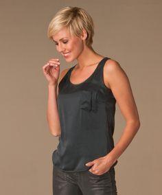Geraffineerde zijden top van Drykorn in een pure zijde kwaliteit. Een laidback maar vrouwelijke top in in antraciet.