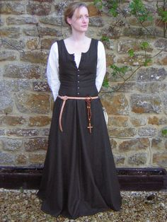I keep meaning to make myself a sleeveless kirtle, and a pair of pin-on or tie-on sleeves to carry around in my belt :)