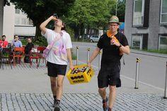 """Biermarathon FH Vorarlberg Am Samstag hat ÖH FH Vorarlberg mit den BA, Ma Studierenden und Incomings den Biermarathon durchgeführt. Aufgabe der Studierenden war es von der FH über den Zansenberg, in zweier Teams, eine Kiste Mohren zu transportieren und zu Trinken. Beim Zieleinlauf mussten, die zwanzig Flaschen gelehrt sein. Kurioses während dem Wettbewerb:"""" Bierkiste wurde verloren, Rucksack wurde vergessen, und die Strecke zweimal gelaufen, Teams haben sich verlaufen u.ä. Es hatten alle… Marathon, Hats, Fashion, To Study, Left Out, Flasks, Drinking, Moda, Hat"""