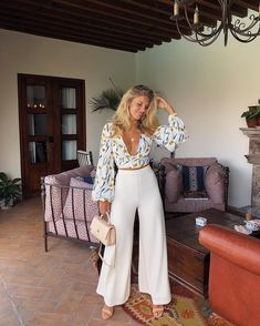 High ceilings, good music and warm weather 👌🏼🍷🌹 wearing Classy Outfits, Chic Outfits, Fashion Outfits, Red Skirt Outfits, Fashion Tips, Spring Summer Fashion, Spring Outfits, Natasha Oakley, Top Mode