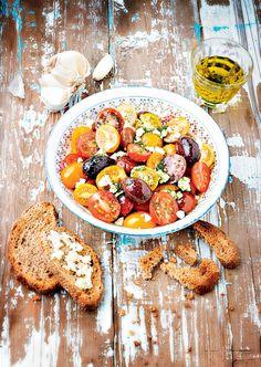 Pleine de couleurs et de saveurs la salade de tomates, huile de menthe et olives kalamata.