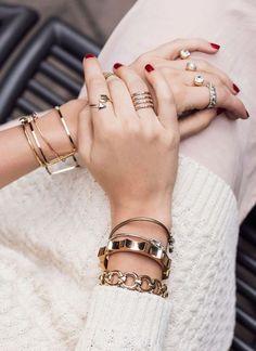 Schmuck stylisch kombinieren: So vermeidet ihr den Weihnachtsbaum-Effekt! Stylish combination of jewelery: this is how you avoid the Christmas tree effect! Jewelry Trends, Jewelry Accessories, Fashion Accessories, Trendy Accessories, Fashion Rings, Fashion Jewelry, Cartier Love Bracelet, Diamond Bracelets, Gold Bangles