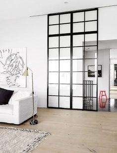 Une grande verrière coulissante pour séparer de manière élégante et pratique le salon et le couloir de l'entrée http://www.homelisty.com/verriere-interieure/