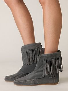 i've always wanted some fringed mocassins... would be great with patterned tights