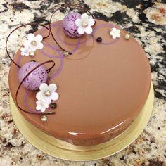 ♥ Dezert * s čokoládovou glazurou, zdobený fondánovými kvítky a čokoládou ♥