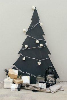 Chalk board Christmas Tree -- Get The Look Beach Christmas - DIY Summer Christmas, Nordic Christmas, Noel Christmas, Modern Christmas, Christmas Crafts, Christmas Chalkboard, Alternative Christmas Tree, Christmas Inspiration, Xmas Decorations