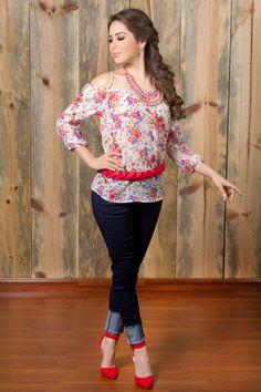 Cómoda, bella y con estilo KAMI. Jeans Azul: Q.345 Blusa Estampada: Q.245 Cincho Rojo: Q.95 Juego De Collar Palo Rosa: Q.165 Zapatos Naranja: Q.275