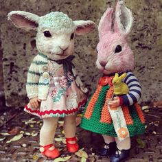 Artist Annie Montgomerie creates a world of fantastically curious creatures. I love the way she used buttons on the outfits. I the creatures too. Paperclay, Creepy Dolls, Little Doll, Animal Heads, Soft Sculpture, Felt Animals, Beautiful Dolls, Doll Toys, Vintage Toys