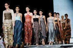 """Toko Online Batik Kendal – Batik dianggap lebih dari sekadar buah akal budi masyarakat Indonesia. Karena sudah menjadi identitas bangsa, melalui ukiran simbol nan unik, warna menawan, dan rancangan tiada dua. Arti kata """"batik"""" berasal dari dua kata dalam bahasa Jawa yaitu """"amba"""", yang berarti """"menulis"""" dan """"titik"""" yang berarti """"titik"""". Batik adalah kesenian pembuatan bahan pakaian yang diwariskan dari generasi ke generasi d"""