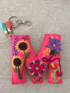 Letra M de Mariana Felt Crafts, Diy And Crafts, Arts And Crafts, Sewing Crafts, Sewing Projects, Felt Keychain, Felt Hair Clips, Felt Embroidery, Felt Decorations
