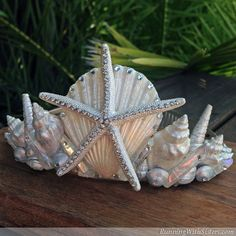 Make your own seashell mermaid crown! Start with an inexpensive tiara and use it as a canvas for scallop shells, starfishes, and conchs. Finish with gems! Fairy Mermaid, Mermaid Diy, Mermaid Crowns Diy, Mermaid Headpiece, Mermaid Crafts, Seashell Crafts, Maquillage Serpent Halloween, Costumes Faciles, Shell Art
