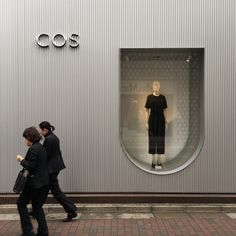 reddesigngroup Great simplicity #cos #retail #design #architecture #shopfront #tokyo Retail Facade, Shop Facade, Retail Signage, Retail Store Design, Retail Shop, Boutiques, Vitrine Design, Espace Design, Terrazo