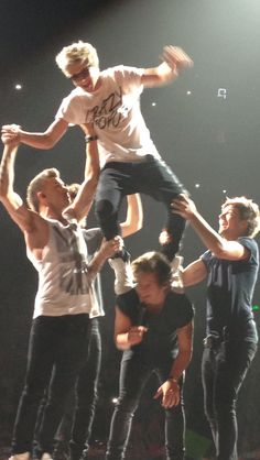 One Direction or world's best cheer squad? <<< Niall: Don't drop me Liam: I got you Ni! Louis: Haha Oh look he's falling Zayn: let's hold his bum up. Harry: ahhhh help me! One Direction Fotos, Four One Direction, One Direction Lockscreen, One Direction Images, One Direction Wallpaper, One Direction Humor, Liam Payne, Zayn Malik, Imprimibles One Direction