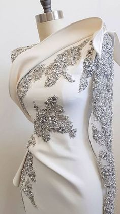 Love this. It would be pleasure to meet the person who crafted this. , Royal blue or black Ruby red nice too. Evening Dresses, Prom Dresses, Formal Dresses, Wedding Dresses, Beaded Dresses, Beautiful Gowns, Beautiful Outfits, Gorgeous Dress, Beautiful Life