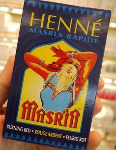 L'Hennè Masrià contiene il 99% di Hennè rosso naturale e l'1% di additivi coloranti (sodio picramato) che permettono di ottenere riflessi molto accesi, impossibili da raggiungere col solo Hennè, anche in caso di capelli molto scuri, colore che si accentua con le applicazioni ripetute.