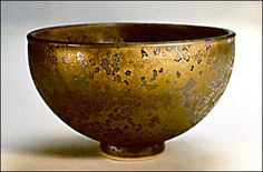 I love the gold color. I also like how it looks like the gold has rusted. The shape of the bowl is nice- it's wide in the middle and doesn't keep increasing width at the top of the bowl. I like the shiny look of the bowl, too.