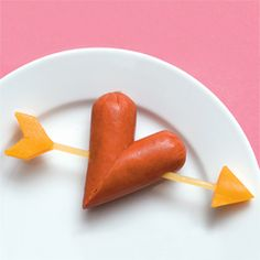 'Heart' hot dogs, cheese, spaghetti snacks for kids.maybe not the healthiest of snack options but certainly cute for kids who love hot dogs this Valentine's Day. Cute Food, Good Food, Valentines Day Food, Valentine Treats, Puppy Valentines, Valentines Hearts, Valentine Party, Food Humor, Creative Food