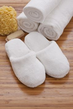 7 idee per riciclare gli asciugamani vecchi - Fai da te - Donna Moderna#dm2013-su-titolo Felted Slippers Pattern, Leather Bag Tutorial, Handmade Gifts For Boyfriend, Bedroom Slippers, Sewing To Sell, Cute Slippers, Denim Crafts, Shoe Pattern, Clothing Hacks