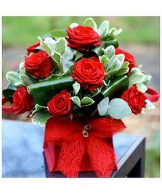 Aranjament in vas cubic cu 11 trandafiri rosii decorat cu eucalipt Bouquet Box, Red Rose Bouquet, Red Roses, Table Decorations, Bouquets, Plants, Boxes, Home Decor, Floral Arrangements