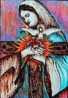 Cruz del Apostolado  abrazada por María. Técnica: pirograbado (trabajo de impresión grabado sobre madera con calor mediante un pirograbador o caotín) y pintado a color con lápices prismacolor. Autora: Leczra