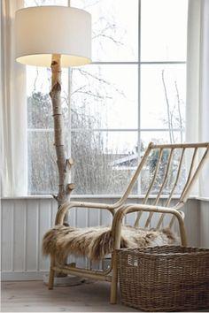 WOONKAMER   Leesplekje bij het raam met schemerlamp van boomstam en rotan stoel. Door Tiara