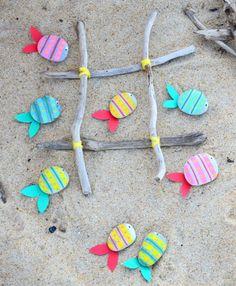 Pour occuper les kids sur la plage cet été, voilà un {DiY} qui vous sera bien utile... un jeu de morpions réalisé avec des petits poissons en galets peints pour jouer allongé sur la plage en écoutant le clapotis des vagues !! via @creamalice