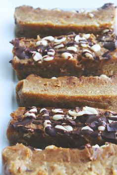 Healthy raw vegan snickers bars to satisfy your candy cravings! Made all-natural with no added sugar. A delicious, plant-based dessert. Raw Vegan Desserts, Vegan Dessert Recipes, Vegan Treats, Healthy Treats, Raw Food Recipes, Gourmet Recipes, Vegan Baking, Healthy Baking, Healthy Bars