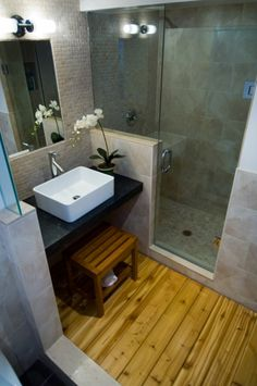 Great space-saving design for small baths, with a small privacy wall. I love the wooden floor as a bath mat!!!!!