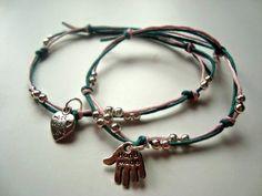 Bransoletki sznurkowe z zawieszką i srebrnymi kuleczkami.