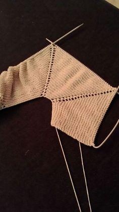 PELELE DE BEBE DE TELA Y CANESU DE PUNTO. TUTORIAL MUY BUENO... Baby Knitting Patterns, Baby Sweater Knitting Pattern, Knitted Baby Cardigan, Toddler Sweater, Knitting For Kids, Crochet For Kids, Diy Crochet, Crochet Baby, Brei Baby