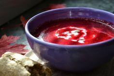 Til Rødbedesuppe m linser skal du bruge:  (4 pers)  1 spsk god øko-smør  375 g rødbeder, skrællede og skåret i skiver  150 g gulerødder, skrællet og skåret i skiver  2 fed finthakket hvidløg  75 g røde splitlinser  4 spsk friskpresset limesaft (og evt. lidt skræl hvis du finder en øko-lime)  1 l vand  1 spsk Herbamare Urteboullion  Salt & Peber  Evt.  Creme Fraiche til at toppe med  Groft brød