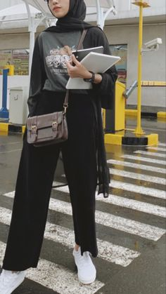 Modest Fashion Hijab, Modern Hijab Fashion, Street Hijab Fashion, Casual Hijab Outfit, Hijab Fashion Inspiration, Cute Casual Outfits, Look Fashion, Ootd Hijab, Muslim Women Fashion