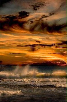 clouds, sunset and ocean.some of my favorite things No Wave, Cool Pictures, Cool Photos, Beautiful Pictures, All Nature, Amazing Nature, Beautiful Sunset, Beautiful Places, Amazing Places