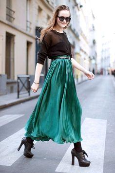 combinación transparencias +  maxi falda plisada en verde esmeralda, un look dramático y femenino