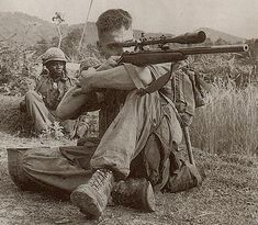 Vietnam war - Carlos Hathcock was a United States Marine Corps Gunnery Sergeant sniper with a service record of 93 confirmed kills. Photo Vietnam, Vietnam War Photos, Vietnam History, Vietnam Vets, Armas Airsoft, American Soldiers, Special Forces, Marine Corps, Marine Mom